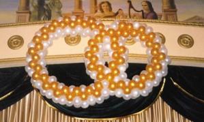 Украшаем свадьбу с помощью колец из шаров[150]