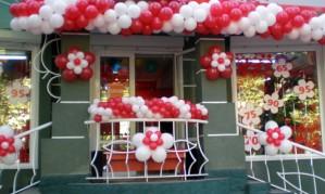 Оформляем магазин воздушными шарами[150]
