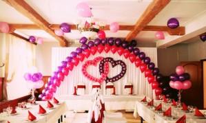 Воздушные шарики как свадебное украшение[150]