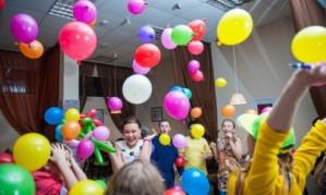 Праздничные конкурсы для детей с надувными шарами[150]